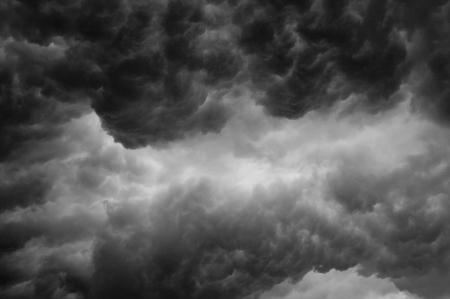uğursuz: Bir fırtına öncesi toplama uğursuz bir karanlık fırtına bulutları