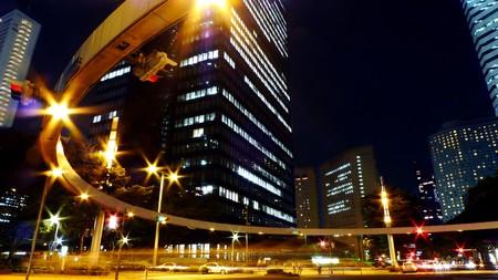 se�ales transito: Farolas, se�ales de tr�fico en el oeste de Shinjuku, Tokio durante la noche.  Foto de archivo