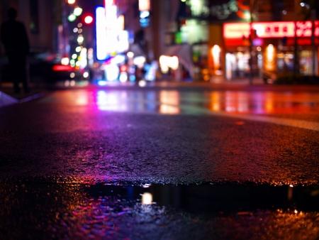 mojado: Reflejos de luz de ne�n sobre el asfalto mojado