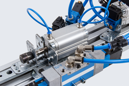 Details van een geautomatiseerde industriële installatie op het gebied van persluchttechnologie.