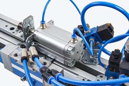 Details aus einer automatisierten Industrieanlage auf dem Gebiet der Drucklufttechnik.