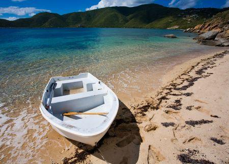 pristine coral reef: Piccola barca sulla riva di un isola tropicale
