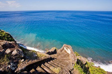 Steile stenen trap leidt naar de oceaan op tropisch eiland