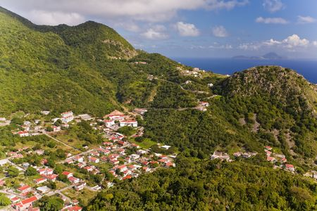 Dorp van afgelegen Saba gezien vanaf de top van de nabijgelegen heuvel Stockfoto