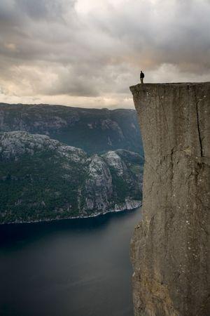 물, Lysefjord, 노르웨이, 스 칸디 나 비아 위의 엄청난 절벽의 가장자리에 서 preson의 실루엣 스톡 콘텐츠