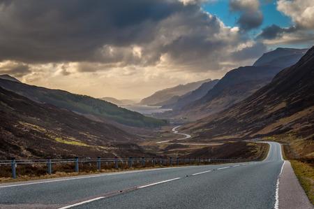 スコットランドのハイランド地方、東から Kinlochewe に向けて下降グレン勝利を挙げる。