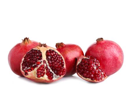 Reife Granatäpfel isoliert auf weißem Hintergrund, ausgeschnitten Standard-Bild