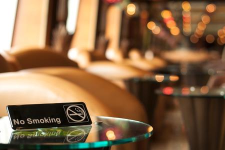 no fumar: Se�al de no fumar en una mesa en un caf� Foto de archivo