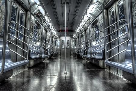 ニューヨークの空の地下鉄のカート