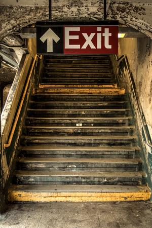 ニューヨークで朽ちた地下鉄の駅の出口 写真素材
