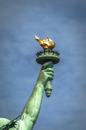 lady liberty: Primer plano de la antorcha de la Estatua de la Libertad en un d�a nublado Foto de archivo