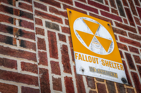 ladrillo: Una se�al que indica un edificio espec�fico como un refugio nuclear en caso de un ataque nuclear o biol�gico en los Estados Unidos Foto de archivo