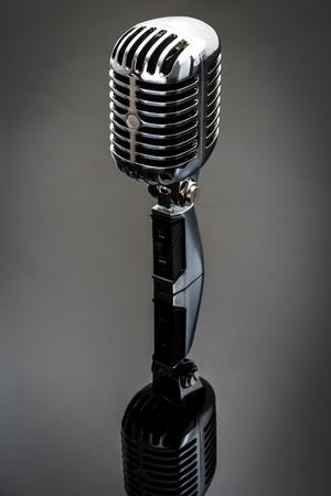 microfono antiguo: Micr�fono retro cromo refleja en una superficie brillante