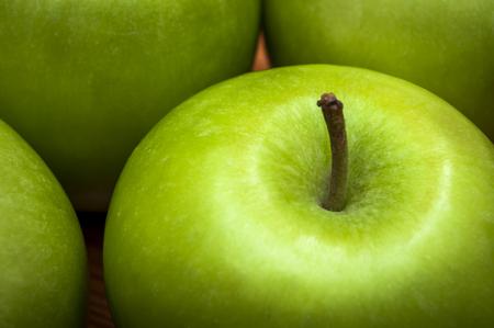 botanas: Macro de deliciosas manzanas verdes, opciones de bocadillos saludables bajos en grasa y altos en fibra y vitaminas