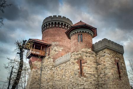 """Immagine atmosferica del castello di Vlad Tepes (il nome di """"Vlad l'Impalatore"""") nel Parco Carol, Bucarest, Romania in una giornata nuvolosa. Il monumento non è un importante punto di riferimento di Bucarest, ma è ancor più fedele del famoso Castello Poenari Archivio Fotografico - 54152554"""