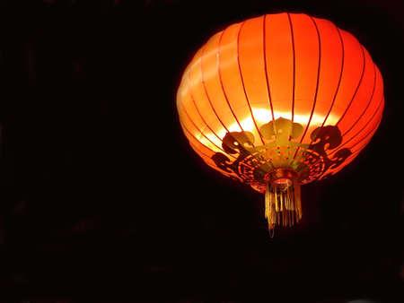papierlaterne: Rote Laterne chinesisch auf schwarzem Hintergrund  Lizenzfreie Bilder