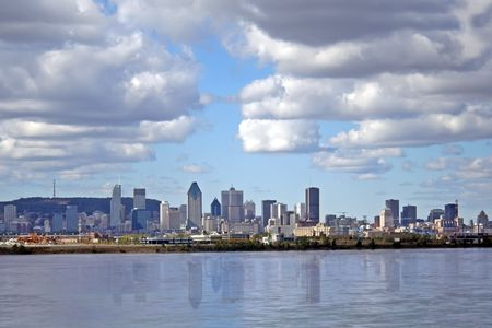 Montreal view from across the Saint Laurent river. 版權商用圖片