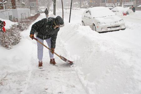 Frau, die nach einem Schneesturm Schaufeln. Kanada.  Standard-Bild