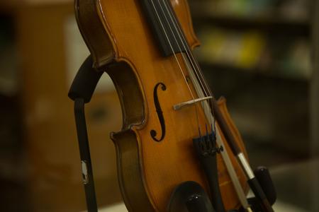 violinista: violín fondo colores cálidos música