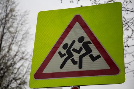 paso de peatones: Símbolo precaución a los niños cruzando la seguridad del transporte callejero