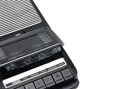 Kassettenrecorder zum Aufnehmen und Abspielen von Audiokassetten auf einem weißen, isolierten Hintergrund.Vintage