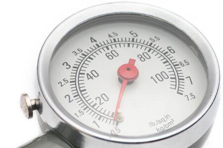 Manometro per misurare la pressione dell'aria nei pneumatici delle automobili in primo piano su uno sfondo bianco isolato