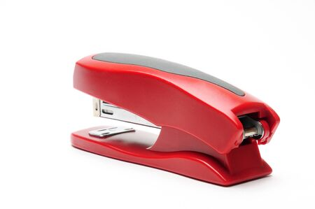Grapadora de oficina roja sobre un fondo blanco aislado Foto de archivo