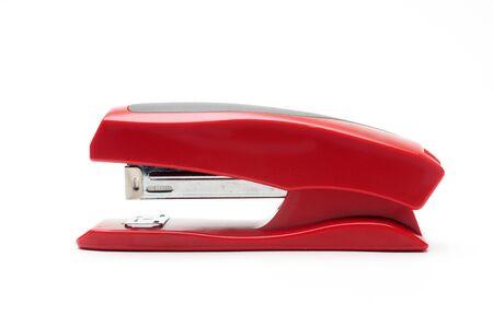 Grapadora de oficina roja sobre un fondo blanco aislado