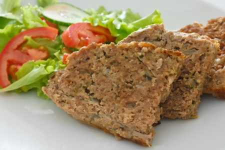 albondigas: Pastel de carne y ensalada