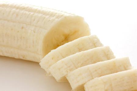 platano maduro: Detalle de la banana en rodajas con fondo blanco