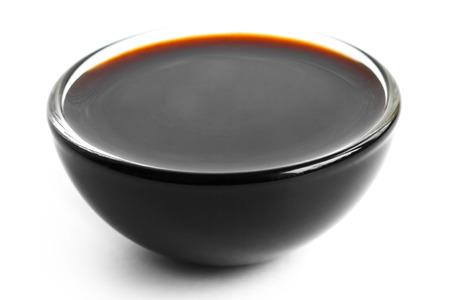 soja: Salsa Soja in piatto di vetro. Isolati su bianco.