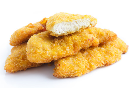 Chicken Nuggets: Tiras de oro de pollo frito en blanco.