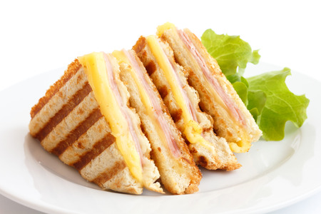 구운 햄과 치즈 파니니 샌드위치.