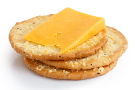 Drie gouden kaas crackers op wit. Met kaas. Stockfoto