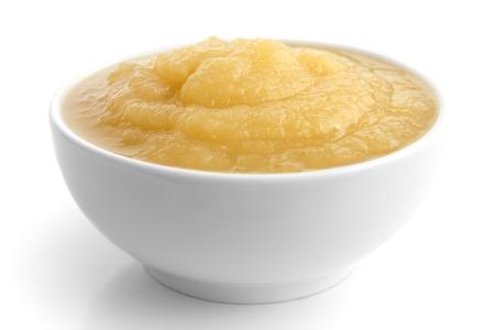 リンゴのピューレで白地の白のセラミック皿。 写真素材