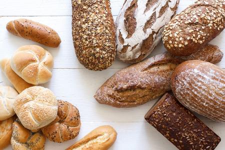 많은 혼합 된 빵과 롤 위에서 쐈 어.