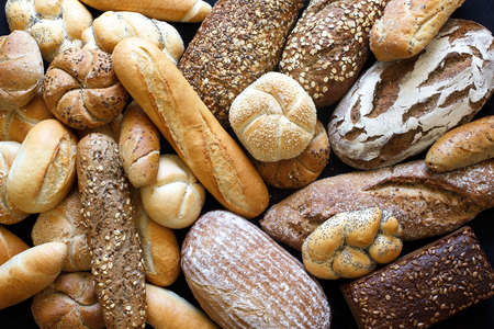 Veel gemengde brood en broodjes schot van boven. Stockfoto