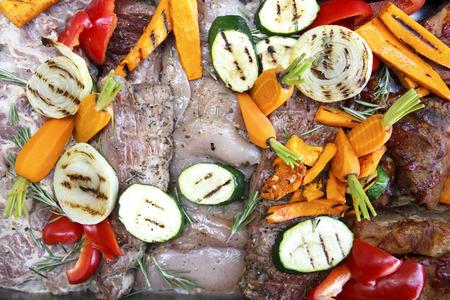 carnes y verduras: Carne cruda mixta y verduras a la parrilla marinado listos para la barbacoa.