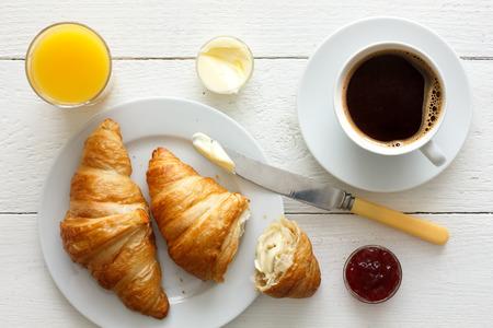 Kaffee Orangensaft und Croissants Frühstück. Von oben.