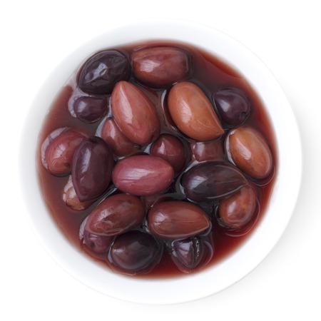 Schüssel griechischen Kalamata Oliven. Isoliert von oben.
