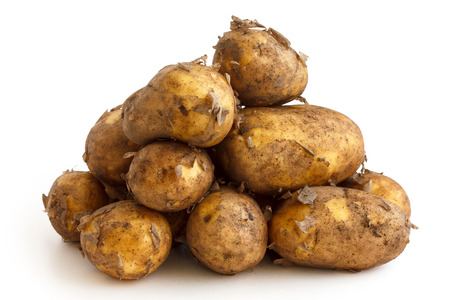 unwashed: Piramide mucchio di patate lavate nuovi isolati su bianco.