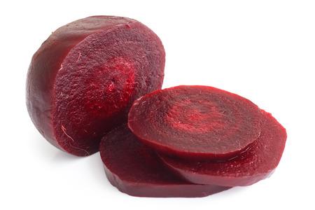 Geschnittene gekochte rote Beete auf weißem isoliert. Standard-Bild