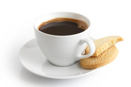 Weiße Keramik Tasse und Untertasse mit schwarzem Kaffee und Butterkekse. Isoliert.