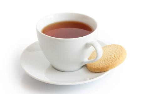 galletas: Taza de cerámica blanca y platillo con rooibos té y galletas shortbread. Aislado. Foto de archivo