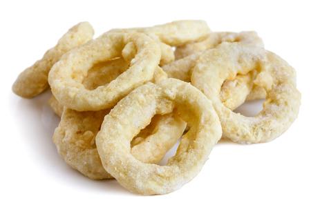 Pile von gefrorenem ungekocht zerschlagenen Zwiebel oder Calamariringe isoliert auf weiß.