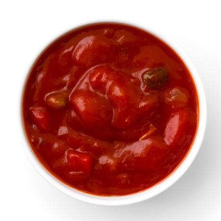 bailar salsa: Tazón blanco Ronda de tomate tortilla de inmersión de la salsa aislada desde arriba.