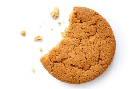 galletas de jengibre: Sola galleta de jengibre redonda con migas y desaparecidos de la mordedura, aislado en blanco desde arriba.
