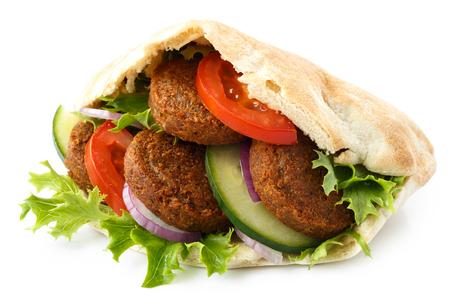 Gefülltes Pitabrot mit Falafel und Salat isoliert auf weiß.
