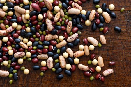 上から暗い木材の乾燥豆を混合。
