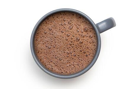 Heiße Schokolade in einem blau-grauen Keramikbecher, isoliert auf weiss von oben.